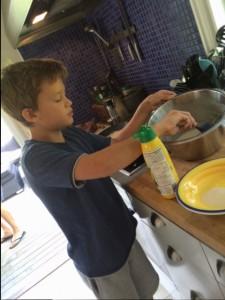 Felix fixar pannkakor till brunchen.